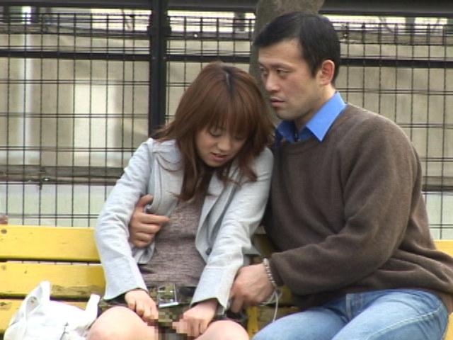 公園のベンチでスカートの脇の切れ目に手を入れて電マのサンプル画像