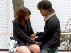 公園のベンチでスカートの脇の切れ目に手を入れて電マ