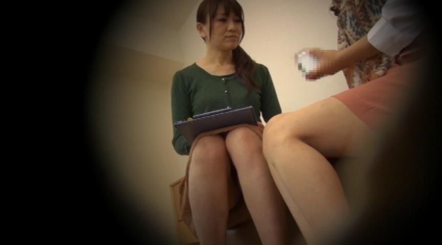 息子のズボンを脱がす訪問販売員の美熟女2のサンプル画像