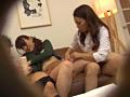 息子のズボンを脱がす訪問販売員の美熟女2-2