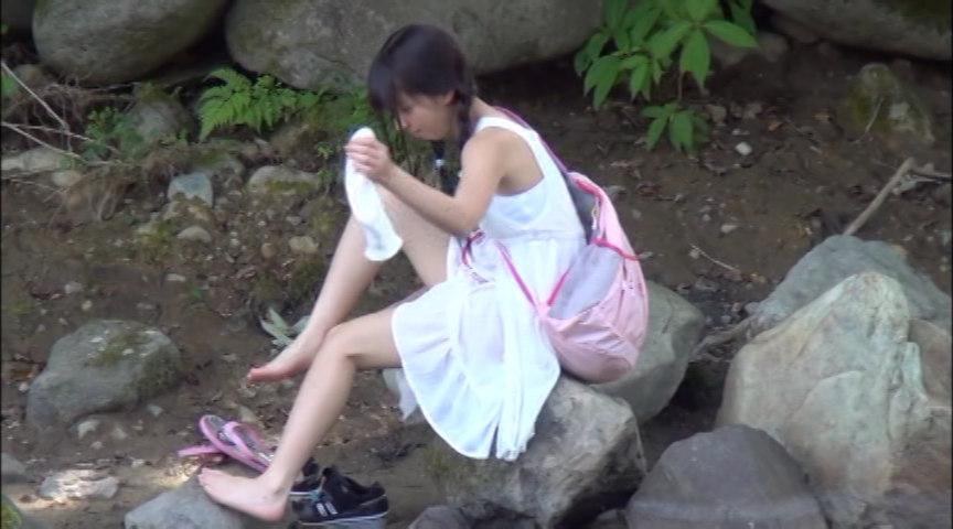 故郷の川で遊ぶスク水少女 画像 1