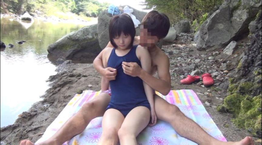 故郷の川で遊ぶスク水少女 画像 10