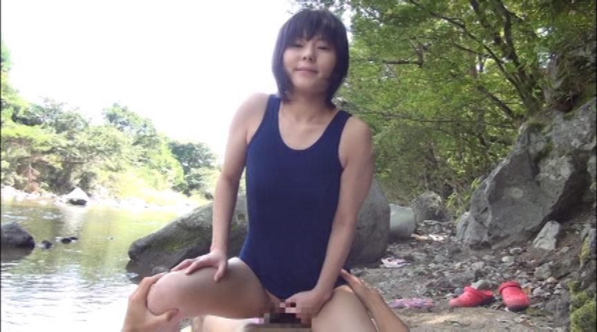 故郷の川で遊ぶスク水少女 画像 14