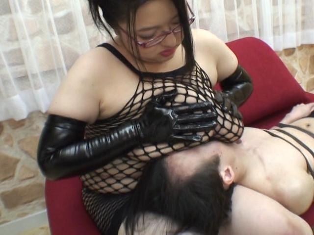満乳漬け ~ガリ男を乳圧レイプ!~ 葉山雅