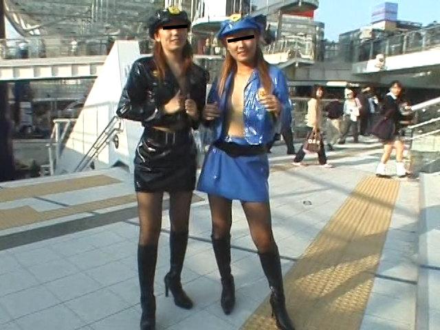 街中で公開ゲリラプレイでレズる露出好きな女たち 画像 1