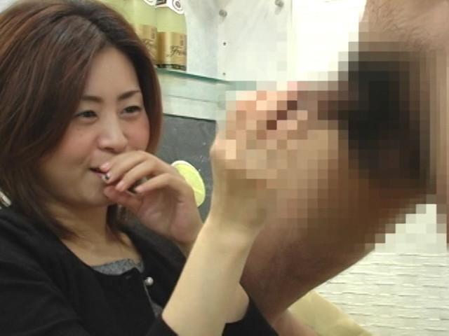 恥じらい人妻熟女にセンズリぶっこき見せ1 の画像2
