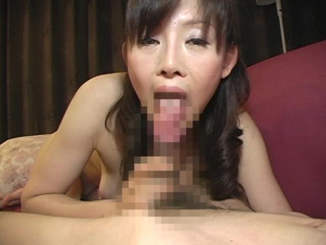 両手で乳首いじりながらディープフェラする熟女 の画像18