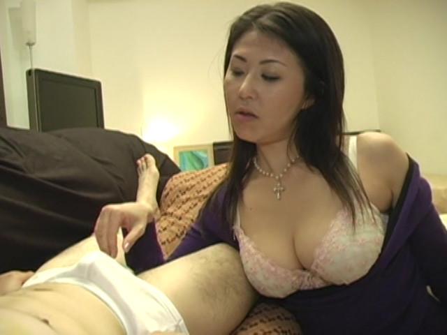 両手で乳首いじりながらディープフェラする熟女 の画像8