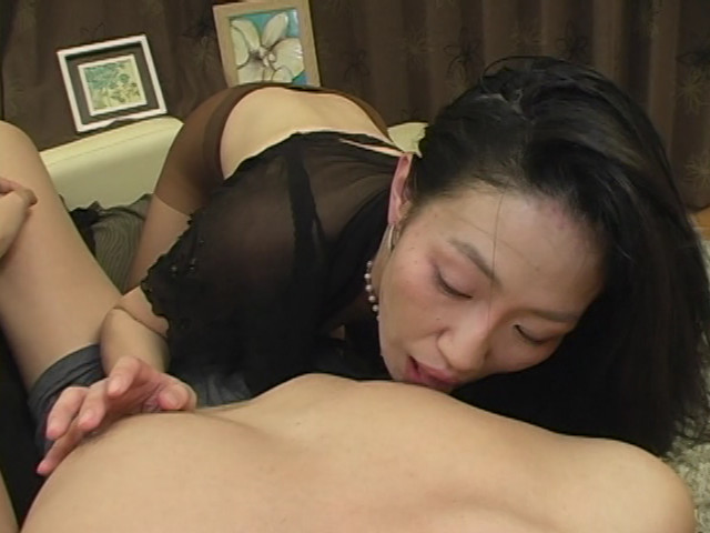 両手で乳首いじりながらディープフェラする熟女 の画像5