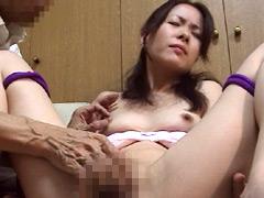 熟女:素人熟女のスケベな勃起乳首いじり