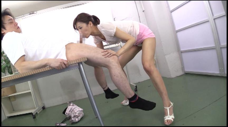 なんと膝上30cm!超ミニスカお姉さんの挑発パンチラ 神波多一花