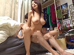 イケメンが熟女を部屋に連れ込んでSEX盗撮した動画65