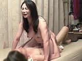 イケメンが熟女を部屋に連れ込んでSEX盗撮した動画104