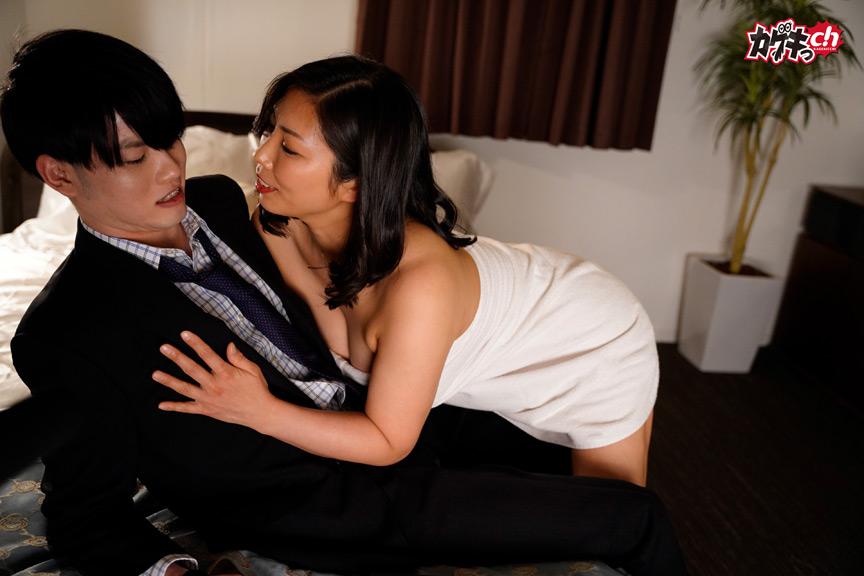 美熟女社長に迫られ、セックスに乱れた夜。 画像 1