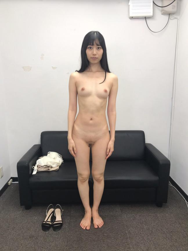 素人娘の全裸図鑑10 今時の女の子13名が恥らいながら脱衣していく様子をじっくり撮影した、変態紳士のためのヘアヌードコレクション 特別編集 12枚目