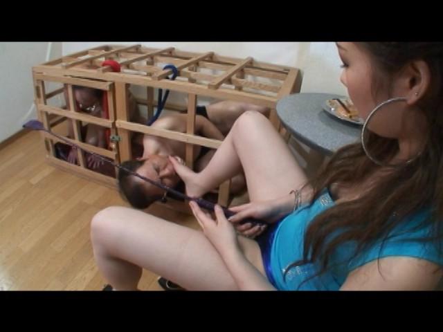 足で餌を与える女達 水責め・足舐め豚奴隷 の画像10