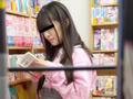 【書店痴漢】本屋内で痴漢される女子大生のサムネイルエロ画像No.1