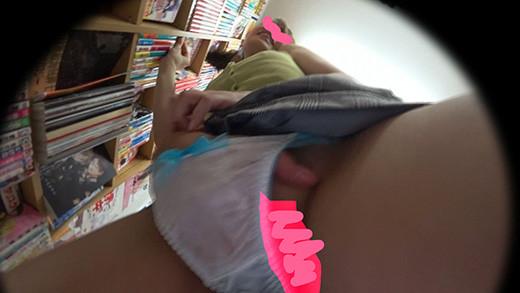 上品なお姉さんが本屋でチカンされ膣口からハメ潮ふき出しながらビクビク反応する【書店痴漢】 3枚目
