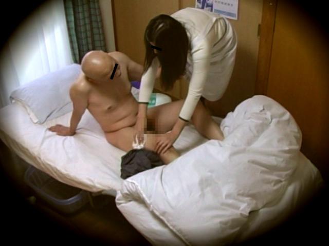 淫乱人妻介護師 寂しい一人身おじいちゃんに肉体奉仕のサンプル画像