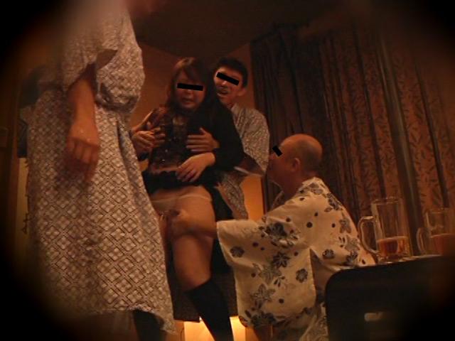 忘年会で部下の妻を強制裸踊り後に輪姦したビデオ3 の画像14