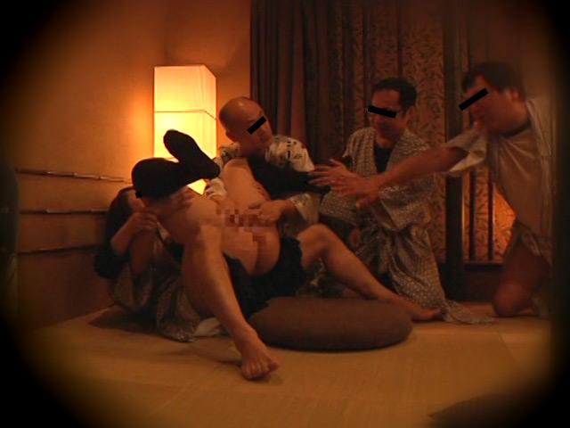 忘年会で部下の妻を強制裸踊り後に輪姦したビデオ3 の画像13