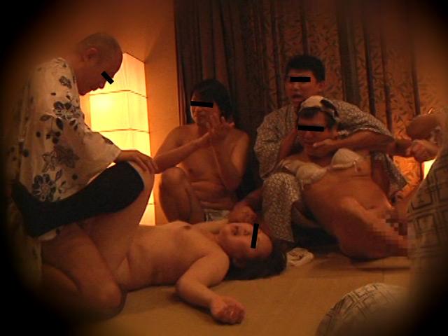 忘年会で部下の妻を強制裸踊り後に輪姦したビデオ3 の画像10