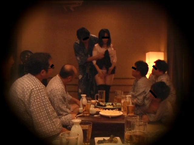 忘年会で部下の妻を強制裸踊り後に輪姦したビデオ3 の画像9