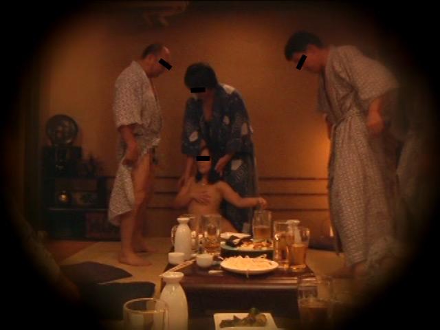 忘年会で部下の妻を強制裸踊り後に輪姦したビデオ3 の画像7