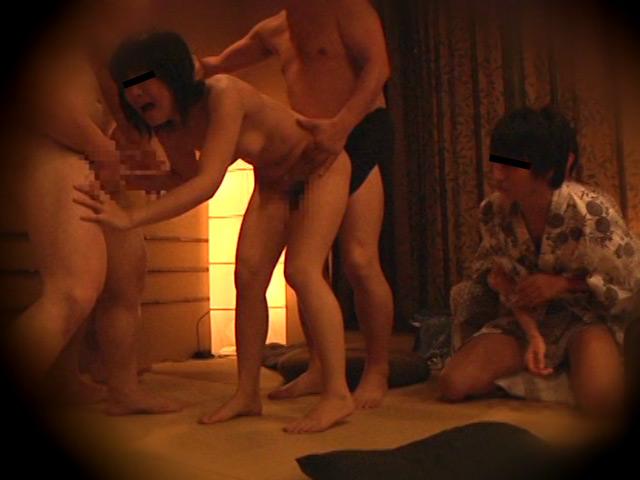 忘年会で部下の妻を強制裸踊り後に輪姦したビデオ3 の画像3