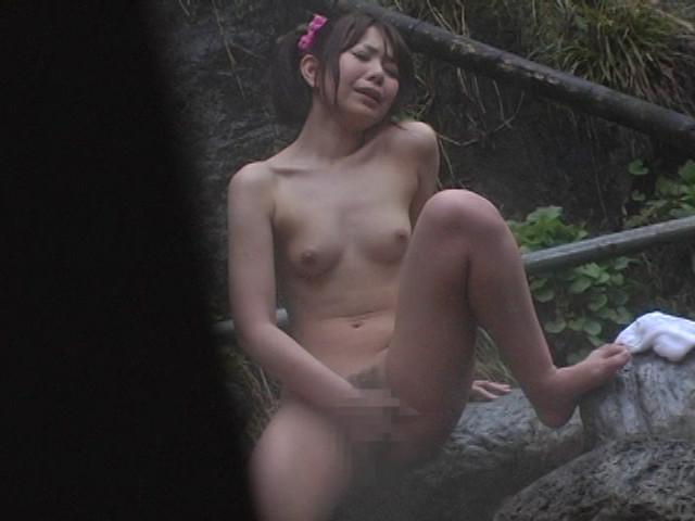 野外 オナニー 美女 盗撮のサンプル画像12