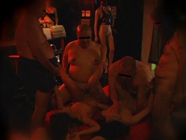 キモ男が集まるハプニングバー盗撮のサンプル画像4