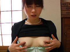 人妻の乳首いじり