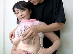 かあさんの老いた乳首を引っ張る