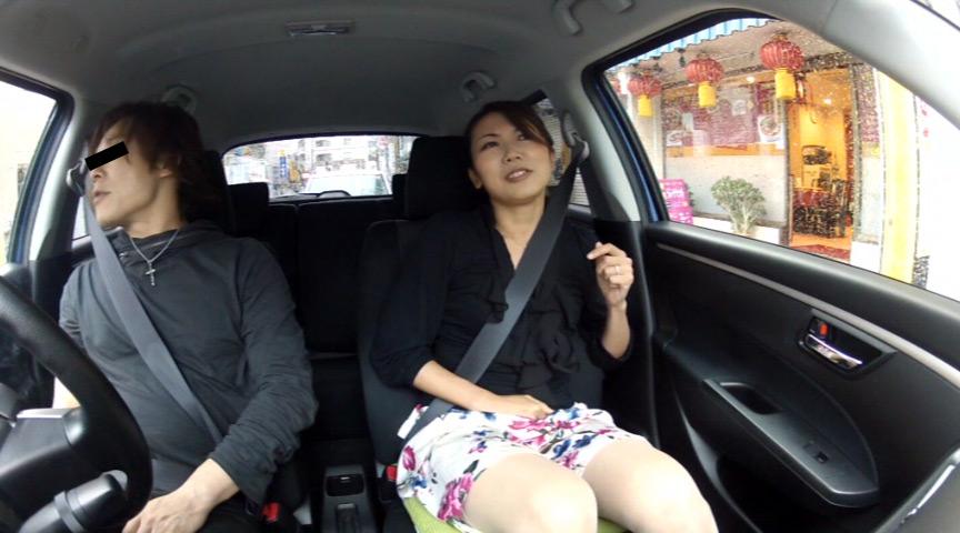 人妻が不倫ドライブ中に我慢できずにうんこしょんべん漏らし の画像14