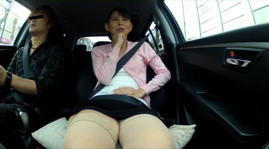 人妻が不倫ドライブ中に我慢できずにうんこしょんべん漏らし の画像2