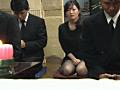 葬式中にこっそりオナニー&おもらしする女サムネイル4