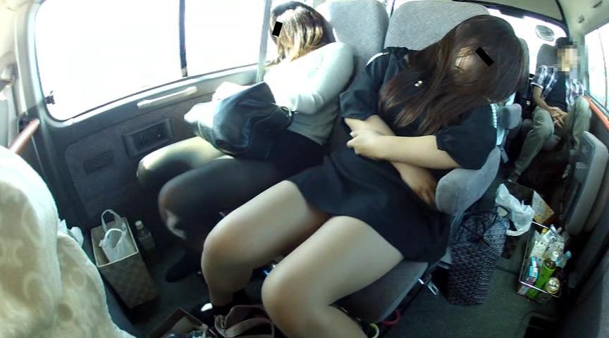 ロケバス移動中、寝てるタレントのムチムチパンチラ盗撮