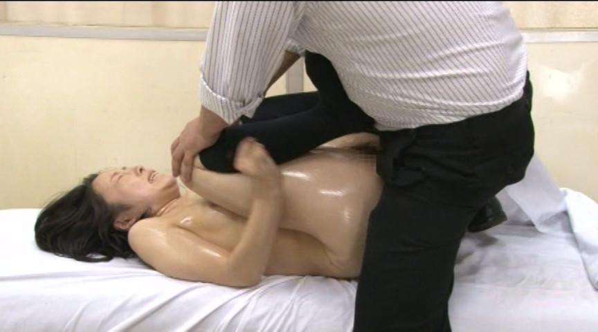 ロリ内科検診 わいせつ医師の整体マッサージ中出し 画像 15