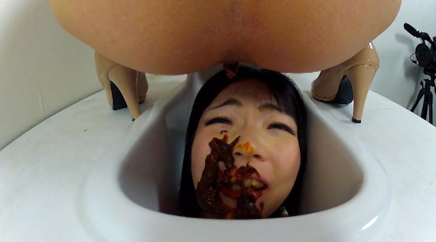 Японки доминируют в туалете, фото девушек с просветами трусов