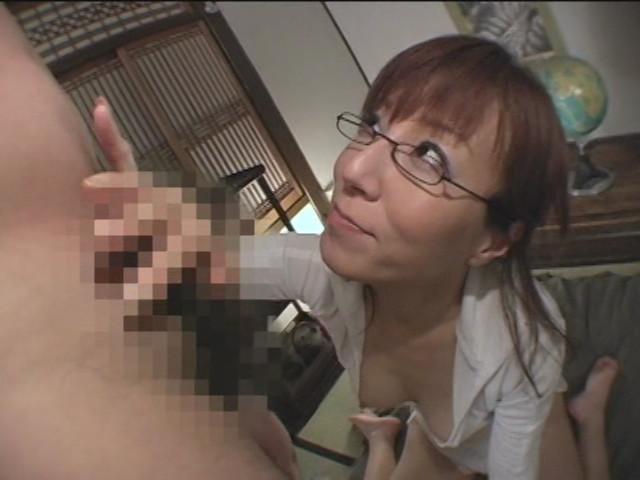 ベロでチンポと睾丸をしゃぶる熟女