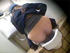 ウンコ盗撮 美人娘たちの肛門から垂れ落ちる糞