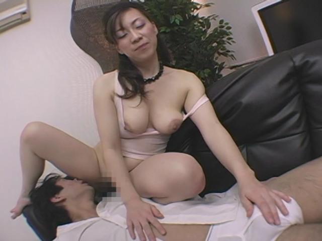 顔騎オナニーしながら手コキ発射する巨尻熟女 画像 1
