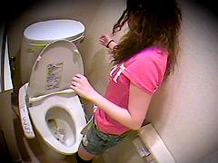 故障したトイレで排便する様子と焦っている様子を盗撮