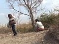 野外放尿する女たちサムネイル2