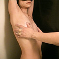 ガリガリまな板美女 乳首ボディソープ責め|人気のレイプ動画DUGA