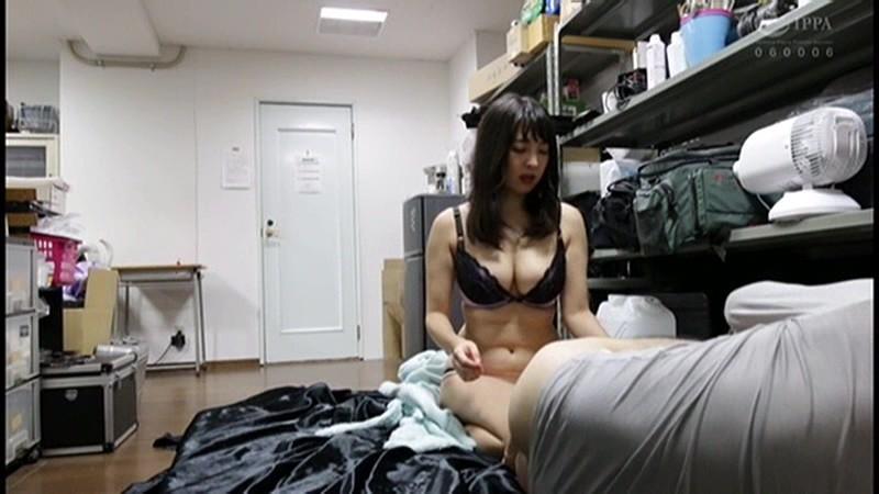 控え室で待機してたら女優にアナルまで犯された(嬉)! 画像 2