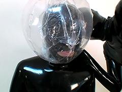 フェチ:巨乳ラバーガール呼吸制御で大汗!?