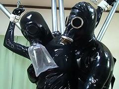 フェチ:ラバーガール鉄パイプ拘束&超呼吸制御