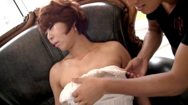 酔って熟睡する韓国美女の無防備パンチラを見たら…