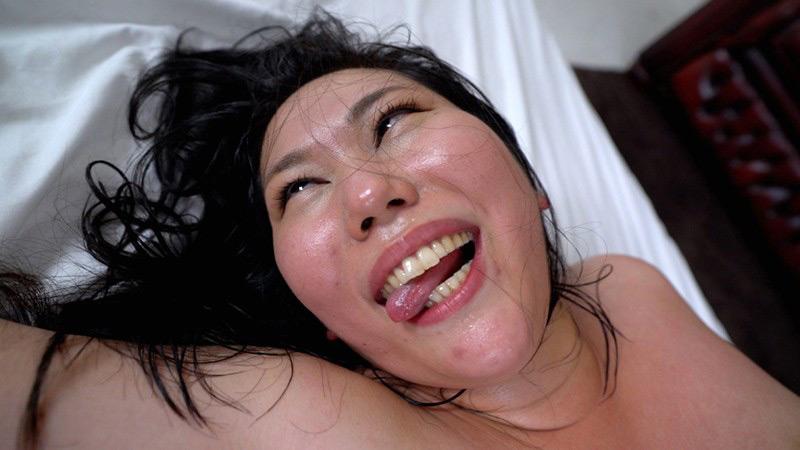 巨根ピストンでアヘ顔アクメしまくるデカ乳首肉感妻 画像 19